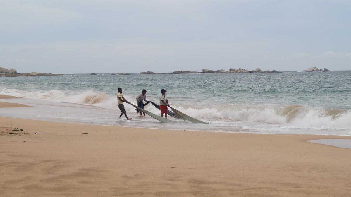 Zdjęcia: Tangalle, Tangalle, Rybacy z siecią, SRI LANKA