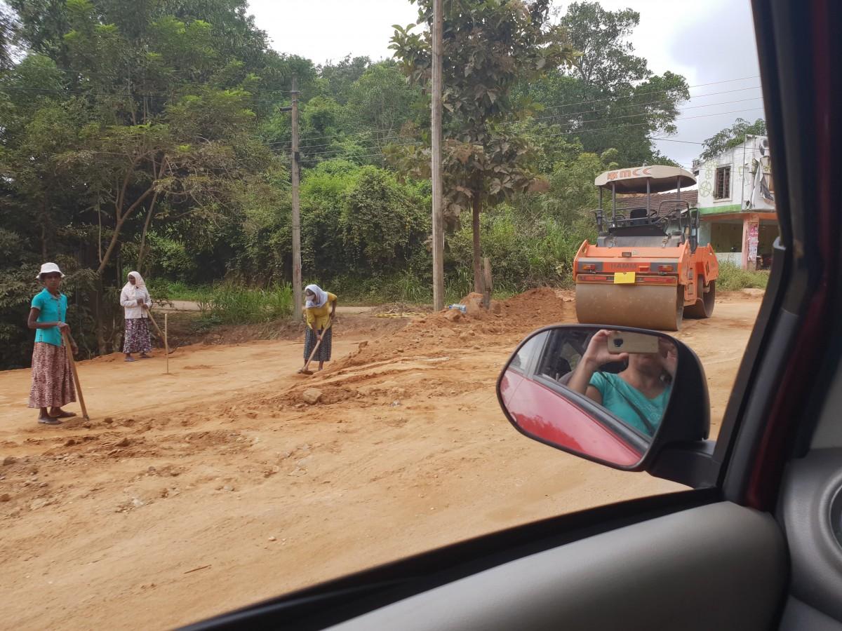 Zdjęcia: Sri Lanka, centrum wyspy, Kobiety budują drogę, SRI LANKA