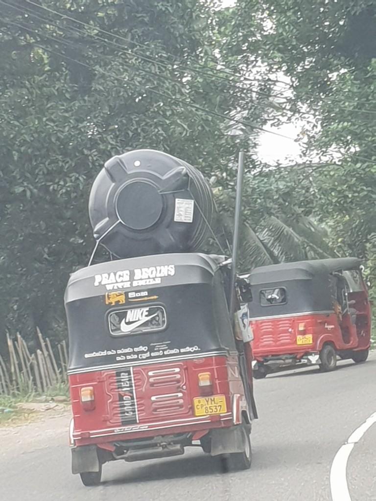 Zdjęcia: Sri Lanka, centrum wyspy, Transport towarów TUK TUK, SRI LANKA