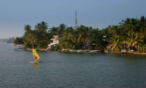 Zdjęcie SRI LANKA / Bentota / okolice ujscia rzeki do oceanu / na rzece Bentota