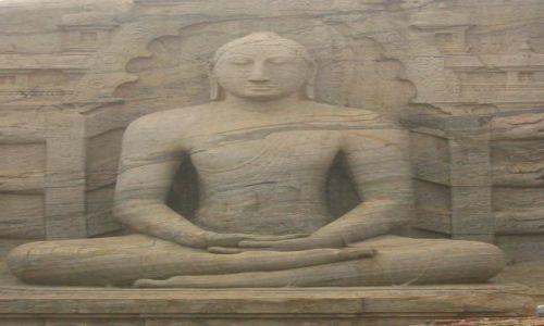 SRI LANKA / Polonnaruwa / Polonnaruwa / Posąg_Buddy_medytującego_w_Polonnaruwie