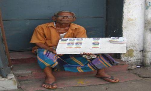 Zdjecie SRI LANKA / Kolombo / Kolombo, Pettah / Sprzedawca_loterii