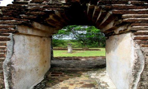 Zdjęcie SRI LANKA / Polonnaruwa / Zespół zabytków architektury buddyjskiej / Widok z okna