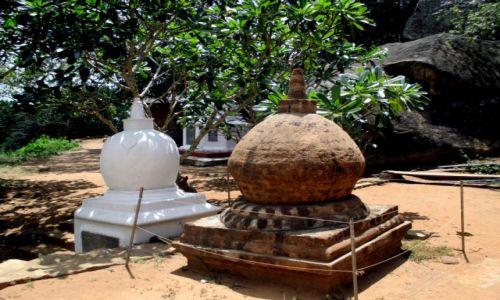 Zdjęcie SRI LANKA / Sri Lanka centralna / Mihintale / Siostry w wierze