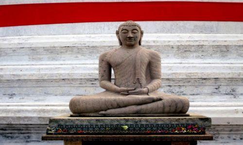Zdjęcie SRI LANKA / Anuradhapura / Zespół zabytków architektury buddyjskiej / Dhyana mudrā