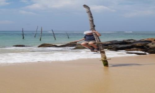 Zdjecie SRI LANKA / Weligama / Weligama / Odważny rybak na palu