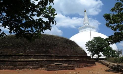 SRI LANKA / Trójkat Kulturowy / Mihintale / Mahaseya i dagoba Mahindy (na pierwszym planie)