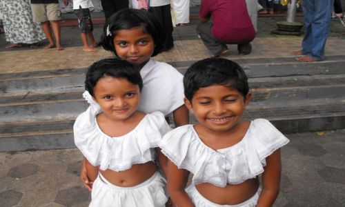 Zdjecie SRI LANKA / Sri Lanka Kalutara / Dziedziniec świątyni w Kalutarze / dziecięca radość z Kalutary