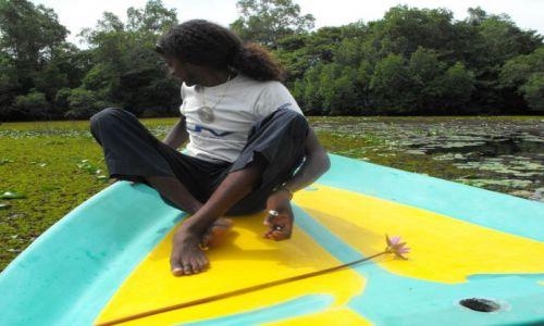 Zdjęcie SRI LANKA / Bentota / rozlewiska rzeki Bentota / młody lankijczyk