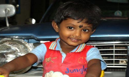 Zdjecie SRI LANKA / Beruwala / plantacja ananasów / dziewczynka