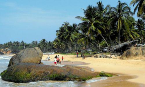 Zdjęcie SRI LANKA / Hikkaduwa / wiejska plaża / Miejscowi na spacerze