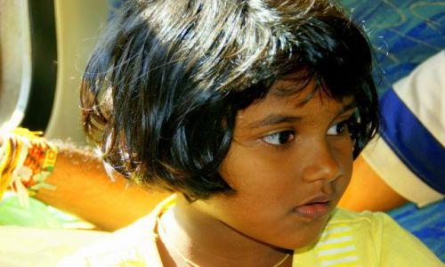 SRI LANKA / Anuradhapura / Anuradhapura / Dziewczynka