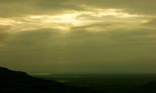 Zdjęcie SRI LANKA / Anuradhaoura / Anuradhaoura / Przebija się słoneczko