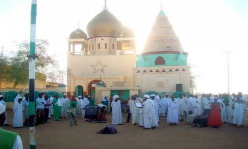 Zdjęcie SUDAN / AFRYKA / NA CMENTARZU POKAZ RELIGIJNEGO UNIESIENIA / SUDAN - MARSZ DERWISZOW W STOLICY CHARTUM