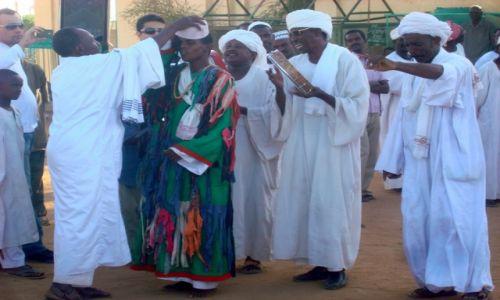 Zdjęcie SUDAN / AFRYKA / CHARTUM - DERWISZ ROZPOCZYNAJACY TANIEC  / SUDAN - MARSZ DERWISZOW W STOLICY CHARTUM