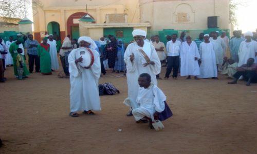 Zdjęcie SUDAN / AFRYKA / CHARTUM - KOLEJNY DERWISZ WPADA W TRANS / SUDAN - MARSZ DERWISZOW W STOLICY CHARTUM