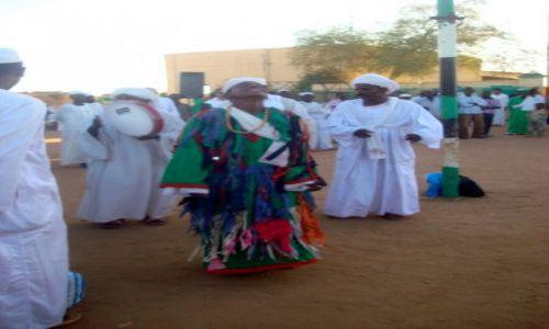 Zdjecie SUDAN / AFRYKA / CHARTUM - DERWISZ W TRANSIE TANCZY WOKOL MECZETU / SUDAN - MARSZ DERWISZOW W STOLICY CHARTUM