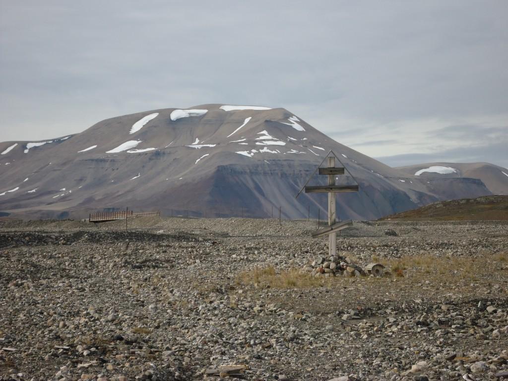 Zdjęcia: okolice Pyramiden, Spitsbergen, Samotny krzyż, SVALBARD
