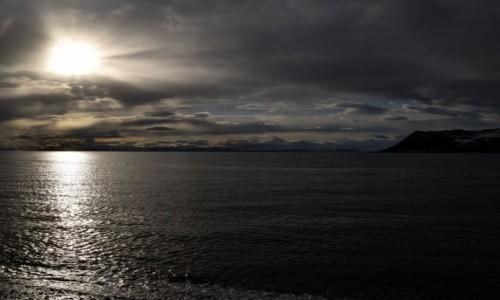 Zdjęcie SVALBARD / Longyearbyen / Longyearbyen / Słońce o północy