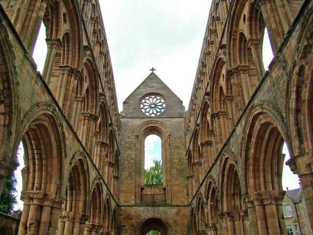 Zdjęcia:   (droga A68 ) north direct., Scottish Borders, pomiedzy murami (Jedburgh Abbey), SZKOCJA