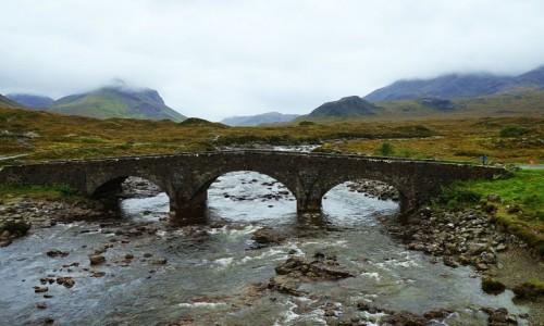 SZKOCJA / Wyspa Skye / Sligachan. / Stary kamienny most z przepiękną panoramą