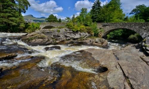 SZKOCJA / Killing / Nad rzeką Dochart / Most nad wzburzoną rzeką