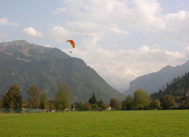 Zdjęcia: Interlaken, Spadachroniarz, SZWAJCARIA