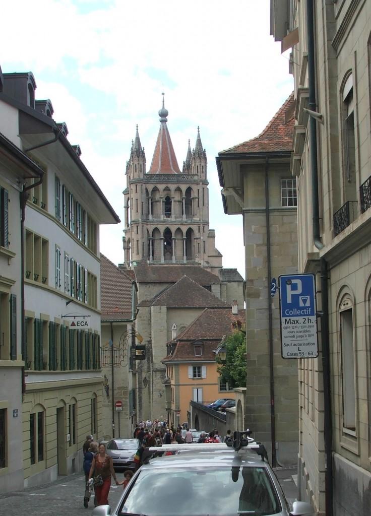 Zdjęcia: Lozanna, Kanton Vaud, Uliczka z widokiem na dzwonnicę katedry , SZWAJCARIA