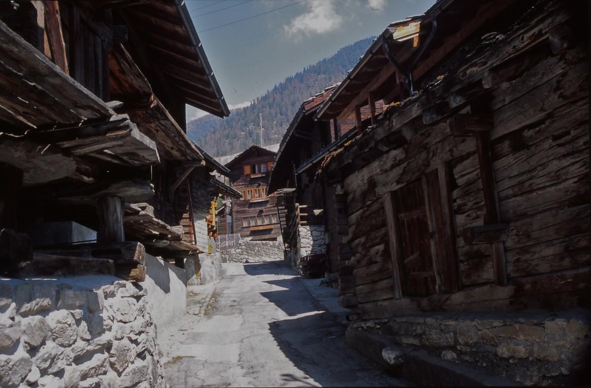 Zdjęcia: Alpy, Alpy w Szwajcarii, drewniane tradycyjne szwajcarskie domy w Alpach, SZWAJCARIA