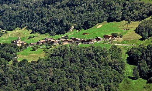 Zdjecie SZWAJCARIA / gdzieś w kantonie Gryzonia / Okolice Davos / Ukryci pomiędzy górami i lasami