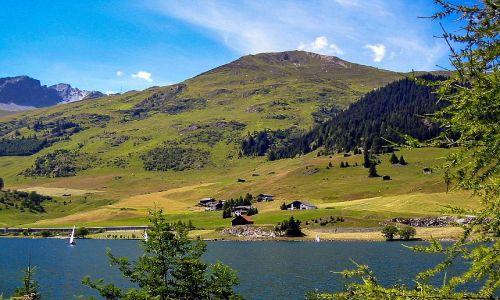 SZWAJCARIA /  gdzieś w kantonie Gryzonia / okolice Davos / Jezioro na granicy Davos