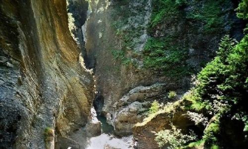 SZWAJCARIA /  Kanton Gryzonia (niem. Graubünden)  / Via mala / Szczelina wąwozu a na dnie płynie rzeka