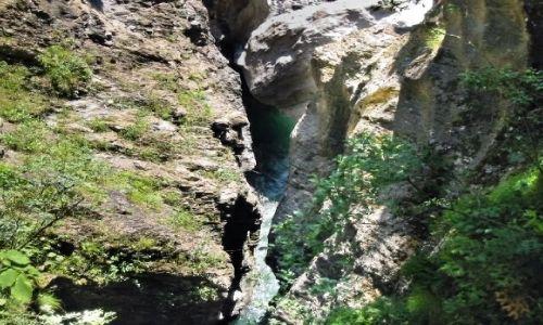 SZWAJCARIA /  Kanton Gryzonia (niem. Graubünden)  / Via mala / W dole widać rzekę
