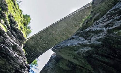 SZWAJCARIA / Kanton Gryzonia (niem. Graubünden) / Via Mala / Na górze most