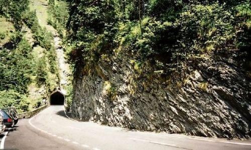 SZWAJCARIA / Kanton Gryzonia (niem. Graubünden) / Via Mala / Wyjazd na parking prosto z tunelu