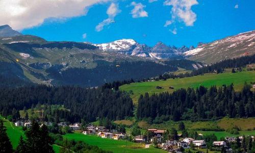 SZWAJCARIA / - / Flims / Miasteczko i góry w tle