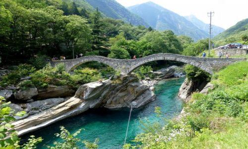 Zdjęcie SZWAJCARIA / - / Lavertezzo / dwułukowy most w Lavertezzo