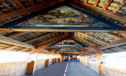 Zdjęcie SZWAJCARIA / Lucerna / nad rzeką  Reuss / wnętrze mostu Kapellbrucke z 1333 roku