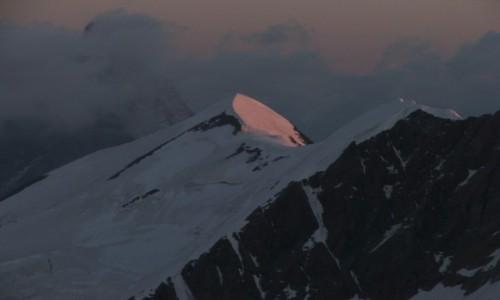 Zdjecie SZWAJCARIA / Zermatt / przełęcz Zwillingsjoch / wschód słońca na Castorze