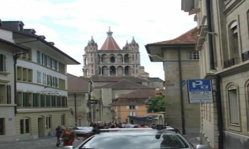 Zdjęcie SZWAJCARIA / Kanton Vaud / Lozanna / Uliczka z widokiem na dzwonnicę katedry