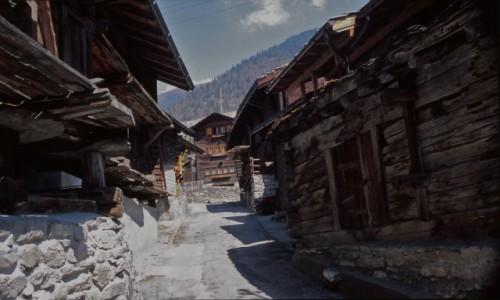 Zdjecie SZWAJCARIA / Alpy w Szwajcarii / Alpy / drewniane tradycyjne szwajcarskie domy w Alpach