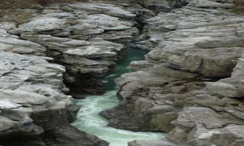Zdjecie SZWAJCARIA / Vallemaggia / pomiędzy górkami / woda wygrała ze skałą