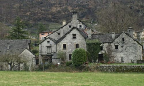 Zdjecie SZWAJCARIA / Vallemaggia / pomiędzy górkami / trochę więcej budowli z kamyków