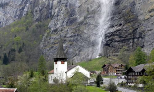 Zdjecie SZWAJCARIA / Alpy Berneńskie / Lauterbrunnen / Pod wodospadem