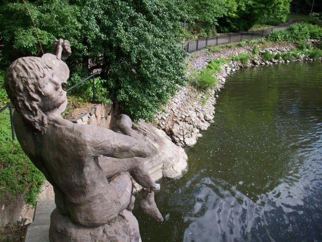 Zdjęcia: Nyköping, Sodermanland, skrzypek nad rzeka.., SZWECJA