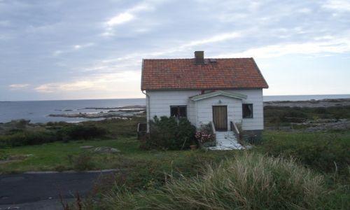 Zdjecie SZWECJA / wysepka koło Geteborga / Ockero / Samotny, biały domek