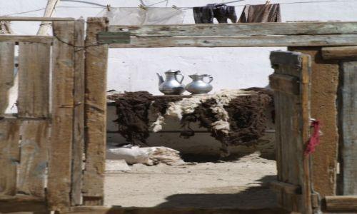 TADŻYKISTAN / brak / Tadżykistan / Martwa natura z dzbankami w tle