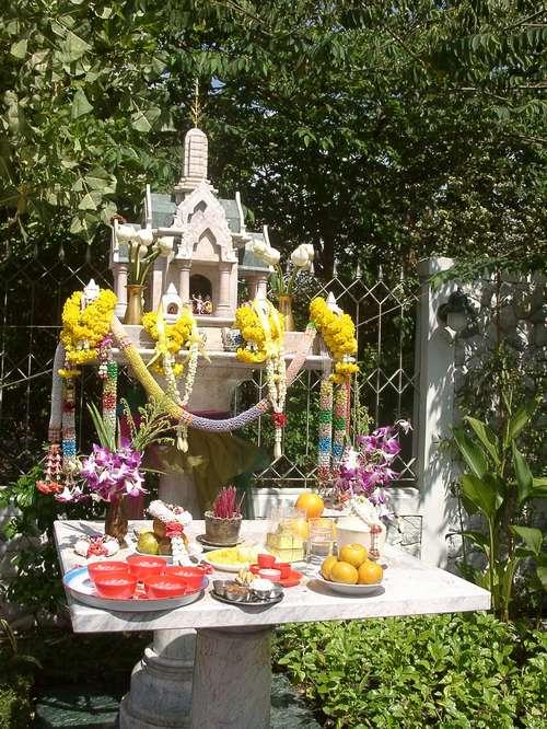 Zdjęcia: Bangkok, Kapliczka taka jest przed każdym domem. Jest tam przygotowane jedzenie, TAJLANDIA