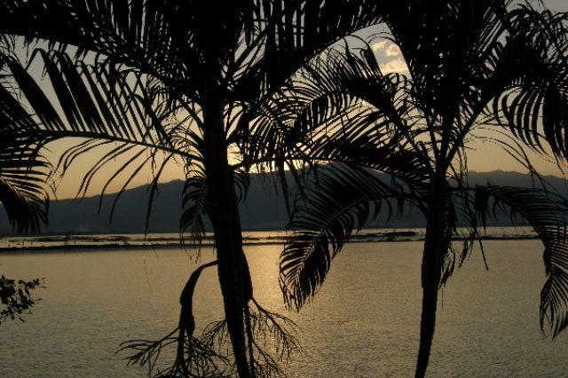 Zdjęcia: bliżej nieokreślone (skleroza nie boli), Północ, zmierzch nad jeziorem, TAJLANDIA