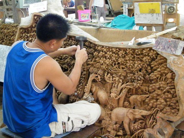 Zdjęcia: Kanchaburi, Zmudna i dlugotrwala praca rzezbiarzy tajlandzkich, TAJLANDIA